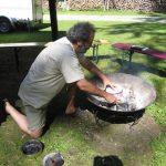 IMG_5293 Rainer positioniert Dosen im Feuer